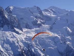CNISAG_Chamonix_Icebreaker_paraglide1